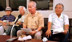 陳情書の内容を説明する「核兵器から命を守る沖縄県民共闘会議」の山内徳信共同代表(右から2人目)ら=26日、県庁