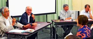 戦争と沖縄文学をテーマに意見交換する浅田次郎さん(左から2人目)や大城貞俊さん(同3人目)ら=22日、東京・神保町の東京堂ホール