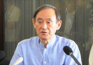 北部の首長らとの会談後、記者団の質問に答える菅義偉官房長官=19日、名護市・ホテルゆがふいん沖縄