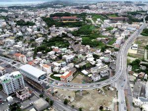 延長ルートの連結工事を終えた沖縄都市モノレール。浦添前田駅(左下)から首里方面に延びる路線=4日(小型無人機で下地広也撮影)