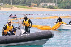 海上保安庁が警備に当たる中、オイルフェンスの設置作業が進められた=4日午後3時50分、名護市辺野古のキャンプ・シュワブ沖(下地広也撮影)