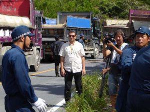 ヘリパッド建設に抗議する住民を機動隊員が抑える様子を取材するアルジャジーラのサラメ・ファディ記者(中央)=東村高江の県道70号
