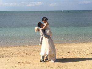 (資料写真)リゾートウェディングをあげたカップル