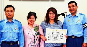 (右から)浜田修署長、與儀リンダさん、本永好美会長、佐喜泰交番所長=21日、宜野湾署