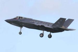 嘉手納基地周辺で確認された着陸前のF35A=2日午後3時54分、北谷町砂辺(読者提供)
