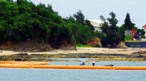 「K1」護岸建設予定地にフロートを張る作業員=16日午後4時前、キャンプ・シュワブ(山本英夫さん提供)