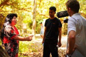 撮影でインタビューをするリチャード・グレハンさん(右)ら(広告制作会社「イメージミル」提供)