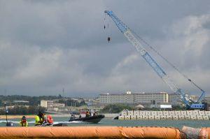 クレーン車を使い、護岸の造成工事を進められた=29日午前、名護市辺野古沖