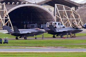 米軍嘉手納基地に初めて飛来した米空軍の最新鋭ステルス戦闘機F35A2機=30日午後2時47分(読者提供)