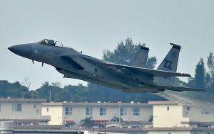 飛行訓練を再開し、離陸するF15戦闘機=13日午前7時52分、米軍嘉手納基地