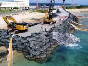 「N5」護岸建設予定地で海側へ投下される石材=2017年11月6日、名護市辺野古の米軍キャンプ・シュワブ(小型無人機から)