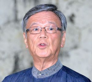 報道陣の取材に応じる翁長雄志知事=8日午後、那覇市・知事公舎
