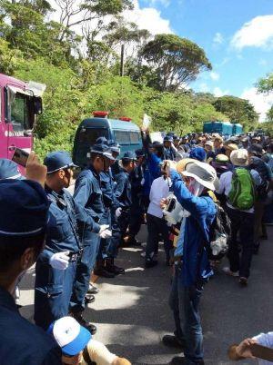 ヘリパッド建設に抗議する市民=24日、東村高江