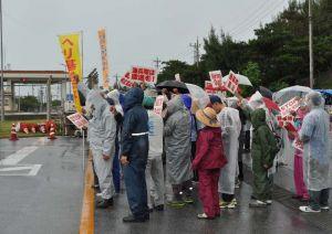 新基地建設に反対の声を上げる市民ら=15日、名護市辺野古のキャンプ・シュワブゲート前