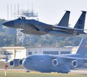 (資料写真)米軍嘉手納基地を飛び立つF15戦闘機(上)
