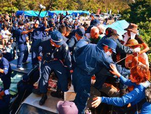 ヘリパッド建設に反対する住民らを排除する機動隊=8月22日、東村高江
