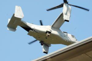 (資料写真)民家の屋根をかするように低空飛行する米軍オスプレイ