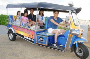 トゥクトゥクに乗って宮古島旅行を楽しむ観光客=7月25日、宮古島市のトゥリバービーチ