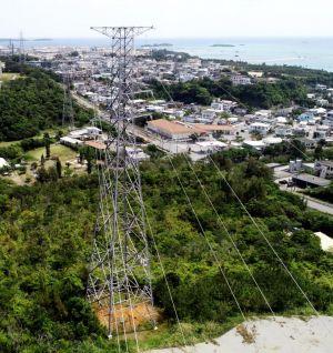 名護市辺野古に立ち並ぶ鉄塔。右奥は新基地建設作業が進む米軍キャンプ・シュワブ沿岸=8日(小型無人機で撮影)