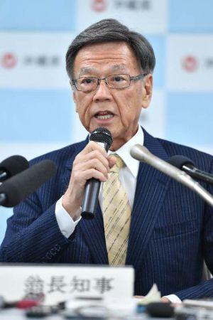 検査結果について説明する翁長雄志知事=10日午後、浦添総合病院の別館