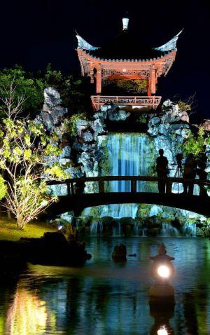 夜間の観光資源として活用する取り組みでライトアップした中国式庭園「福州園」=18日、那覇市久米(下地広也撮影)