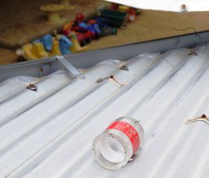 園舎の屋根に落下したとみられる円筒=7日午前、宜野湾市野嵩・普天間バプテスト教会付属緑ヶ丘保育園