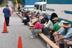 キャンプ・シュワブゲート前には約40人が座り込んだ=12日午前9時前、名護市辺野古