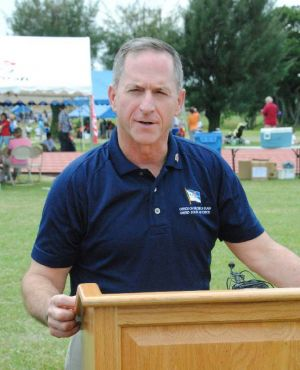 カデナ・スペシャルオリンピックスの会場で、報道陣の質問に答える米空軍参謀総長のデビッド・ゴールドフィン空軍大将=5日、米軍嘉手納基地