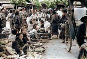 カラー化された1935年撮影の現在の那覇市東町にあった「那覇ウフマチ(大市)」と呼ばれた市場の様子(朝日新聞社提供)