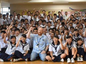 タイの洞窟にいる少年たちやレスキューチームにエールを送る嘉手納中学校の3年生