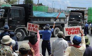 キャンプ・シュワブに資材を運ぶトラック(資料写真)