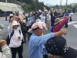 辺野古新基地建設に反対する女性2人が拘束されたことに対し、「仲間を返せ」とシュプレヒコールで抗議する市民=6日午前9時40分すぎ、名護市辺野古・米軍キャンプ・シュワブゲート前