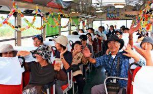 「730バス」に乗車し、南城市の風景と音楽を楽しむ乗客ら