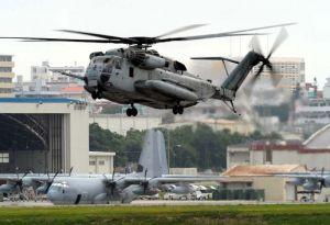 久米島空港に緊急着陸したとみられる普天間飛行場所属のCH53E大型輸送ヘリの同型機