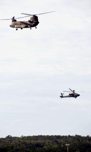 キャンプ・ハンセン上空を飛ぶ陸自のCH47(左)とAH64=1日午後4時前、宜野座村